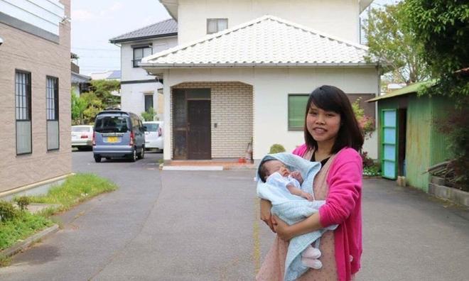 Mẹ Việt ở Nhật dạy con biết rửa bát từ khi mới 1 tuổi