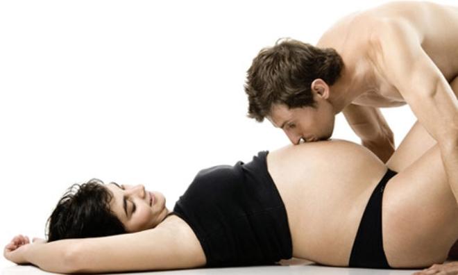 """Sai lầm của các cặp đôi về """"chuyện ấy"""" khi mang thai"""