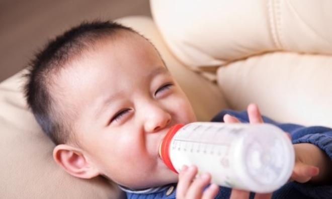 Sai lầm của mẹ khi cho con uống sữa tươi, sữa bột