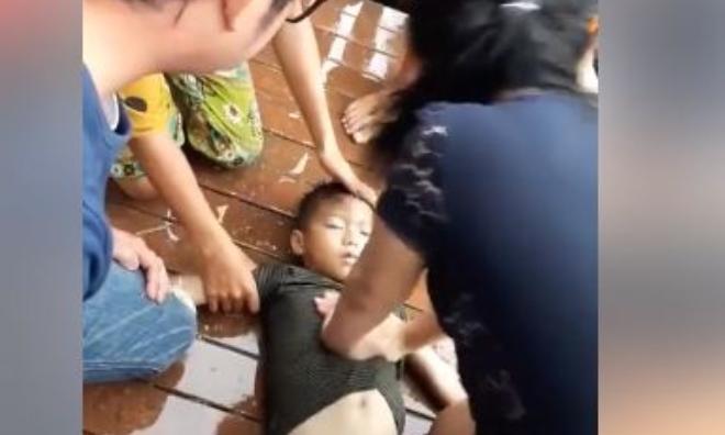 Nghẹt thở với màn cấp cứu bé trai đuối nước