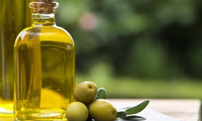 Mách bạn cách làm đẹp tóc với dầu oliu cho mái tóc suôn mềm như tơ