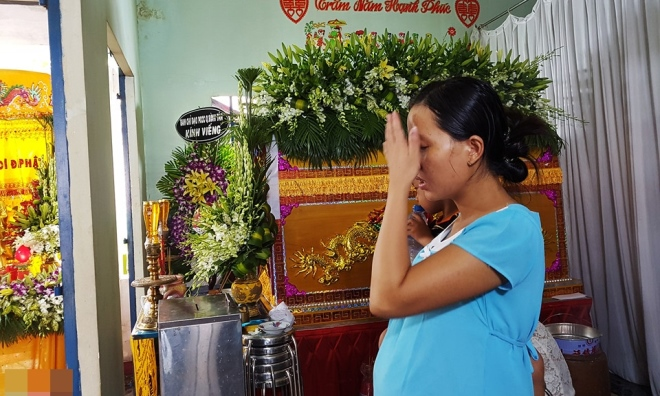 Vợ chiến sĩ hy sinh khi chữa cháy 'chết lặng' trong lễ tang chồng