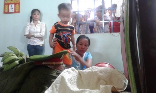Vụ chiến sĩ hy sinh khi chữa cháy: Con trai 2 tuổi tưởng ba ngủ cứ lay gọi 'Ba ơi, dậy đi'