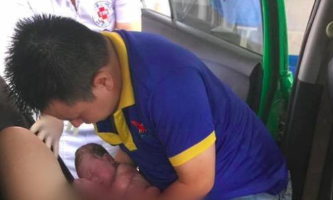 """Tài xế kể lại giây phút chồng đỡ đẻ cho vợ trên taxi: """"Đây là lần đầu tiên tôi đón một bé gái ra đời ngay trên xe"""""""