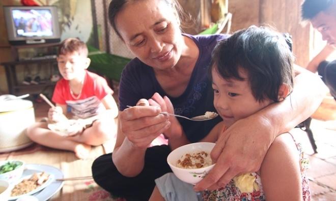 """Hai cháu bé mồ côi ở Bắc Giang: """"Trời mưa, con chỉ lo bố mẹ ở trên trời bị ướt"""""""
