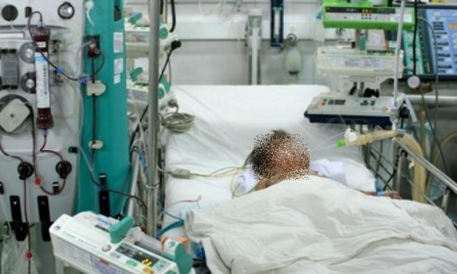 Tai nạn đau lòng: Bé trai 4 tuổi suýt chết vì mẹ truyền nhầm bình dung dịch chứa nước giặt