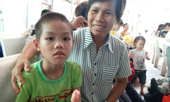 Xót xa bé 10 tuổi ăn mãi chẳng no vì bị cắt hết đại tràng, lúc nào cũng lủng lẳng 'túi tiêu hóa' trên người