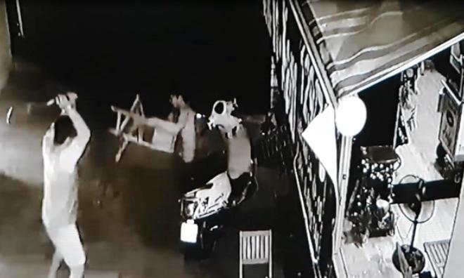 Can đánh nhau, người đàn ông bị nhóm côn đồ truy sát trong hẻm ở Sài Gòn