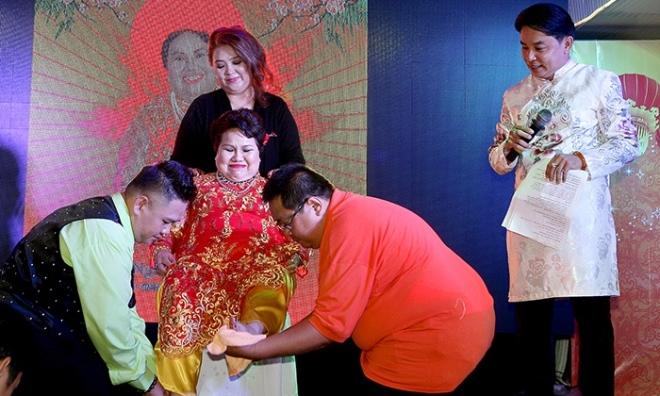 Minh Béo rửa chân, ca hát mừng thọ mẹ tuổi 70
