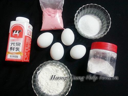 Bánh bông lan kem cuộn vị dâu tây ngon mềm, thơm phức - Ảnh 1