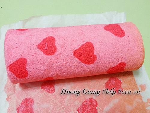Bánh bông lan kem cuộn vị dâu tây ngon mềm, thơm phức - Ảnh 3