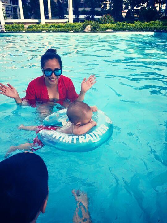 Nhóc tì nhà Ốc Thanh Vân thích thú vui đùa dưới hồ bơi - Ảnh 4