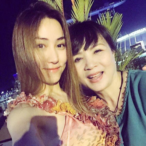 Ngân Khánh xinh đẹp, sefie cùng mẹ bên trời Sing - Ảnh 6