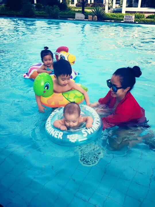 Nhóc tì nhà Ốc Thanh Vân thích thú vui đùa dưới hồ bơi - Ảnh 5