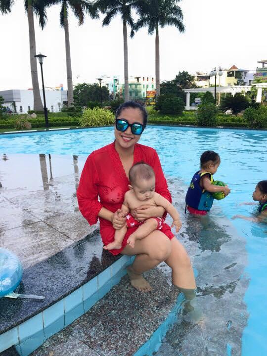 Nhóc tì nhà Ốc Thanh Vân thích thú vui đùa dưới hồ bơi - Ảnh 1