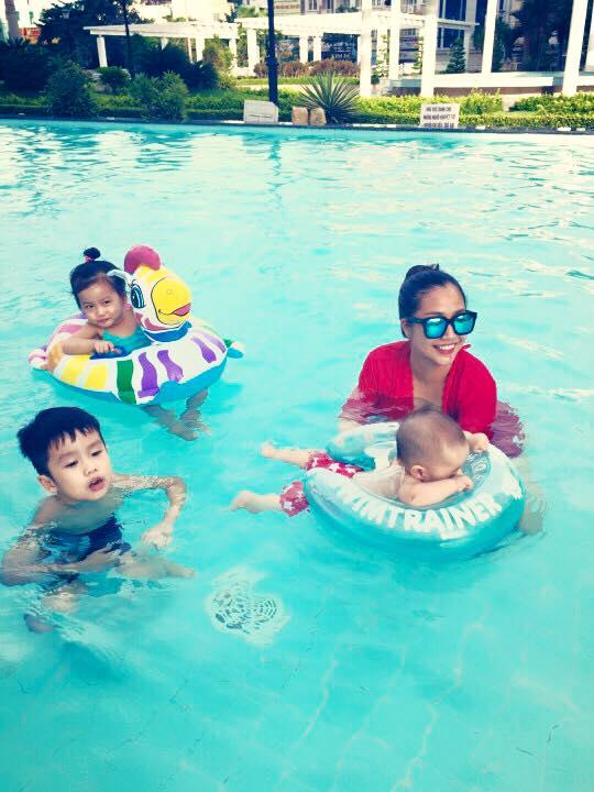 Nhóc tì nhà Ốc Thanh Vân thích thú vui đùa dưới hồ bơi - Ảnh 2