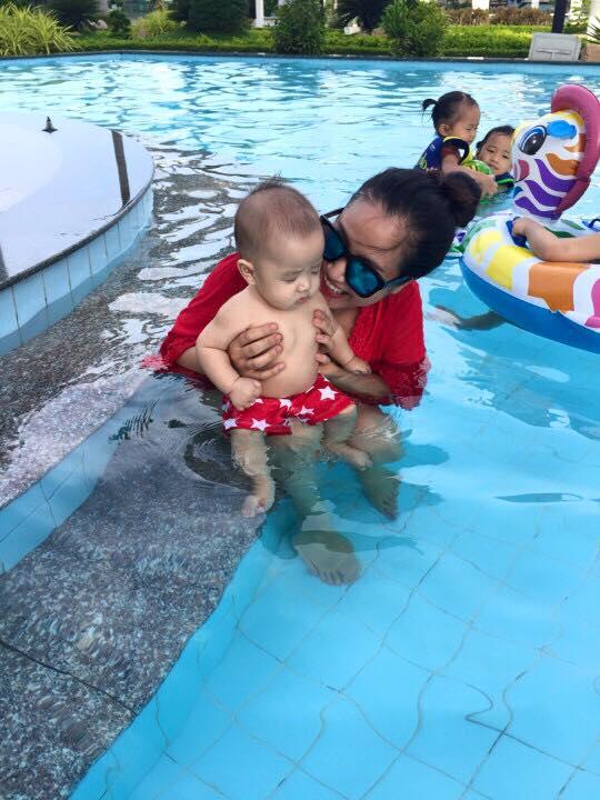 Nhóc tì nhà Ốc Thanh Vân thích thú vui đùa dưới hồ bơi - Ảnh 3