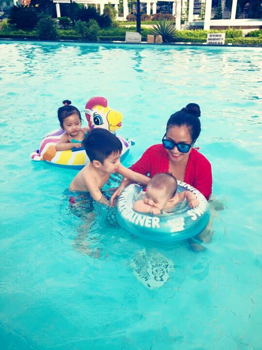 Nhóc tì nhà Ốc Thanh Vân thích thú vui đùa dưới hồ bơi - Ảnh 6
