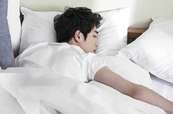 Nguy hại khôn lường từ thói quen 'đêm thức khuya ngày ngủ nướng' - Ảnh 1