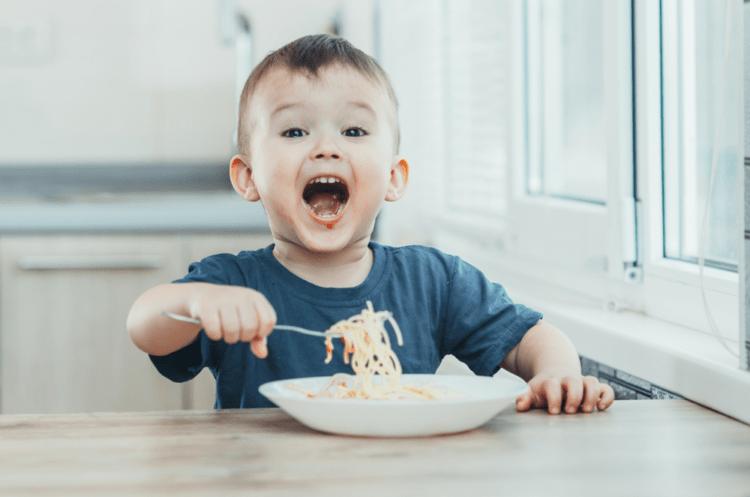 Rèn luyện tính tự lập cho trẻ từ việc tự ăn uống