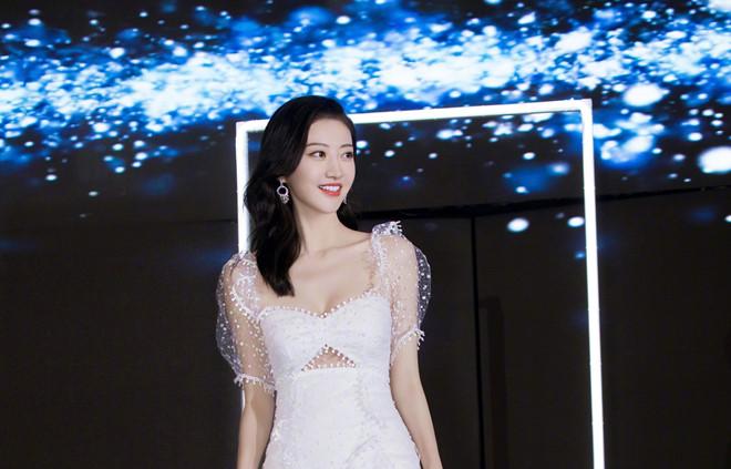 'Đệ nhất mỹ nữ Bắc Kinh' Cảnh Điềm khoe nhan sắc cuốn hút - Ảnh 2