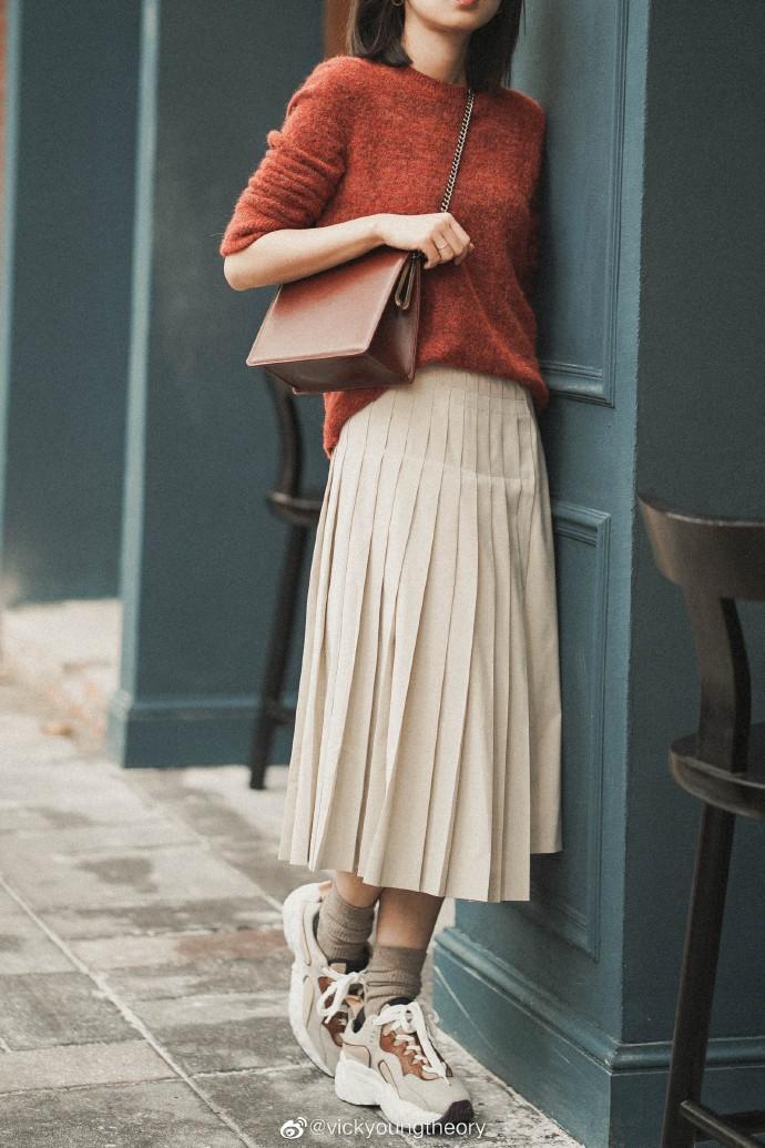 Thêm đất diễn cho 3 kiểu áo len trơn màu: Đơn giản thế nào cũng có cách làm cho chúng khác biệt - Ảnh 2