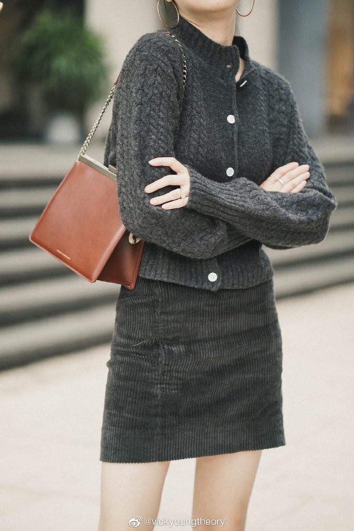 Thêm đất diễn cho 3 kiểu áo len trơn màu: Đơn giản thế nào cũng có cách làm cho chúng khác biệt - Ảnh 15