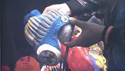 Cảnh báo: Mũ len trẻ em Trung Quốc gắn thiết bị gây ù tai, nhức óc - Ảnh 1