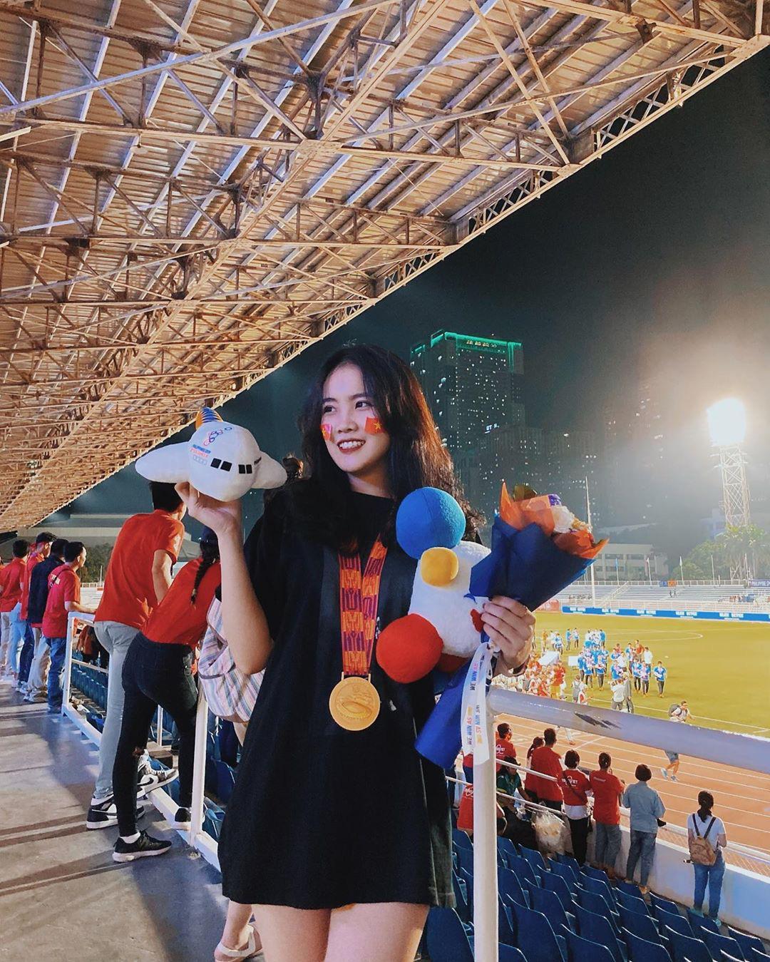 Bạn gái Đoàn Văn Hậu khoe chụp ảnh cùng với Huy chương vàng SEA Games - Ảnh 1