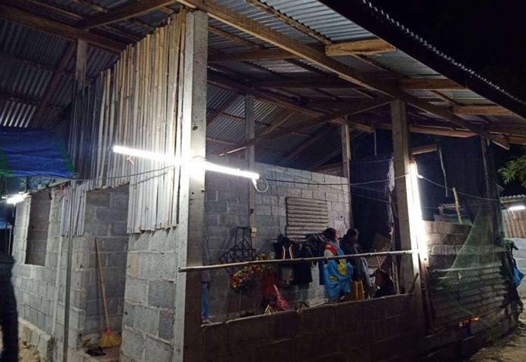 Nhường hết chăn cho con gái 8 tuổi, bố đơn thân chết rét trong căn nhà xây dở - Ảnh 1