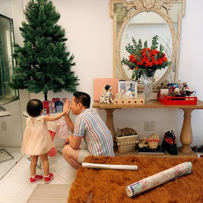 Con gái 'khủng hoảng tuổi lên 3', ông xã đại gia của Phan Như Thảo bực bội la mắng, phản ứng của cô bé khiến anh phải giật mình - Ảnh 2