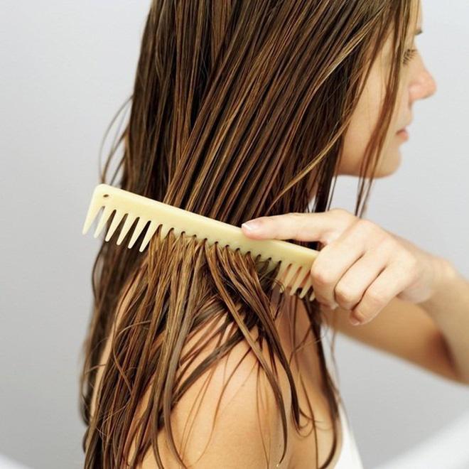 Những sai lầm chẳng ngờ đến khiến mái tóc của bạn luôn xơ xác, thiếu sức sống - Ảnh 2