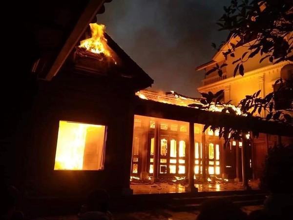 Thắp hương ngày mùng 4 Tết, căn nhà gỗ quý tiền tỷ bị thiêu rụi  - Ảnh 1