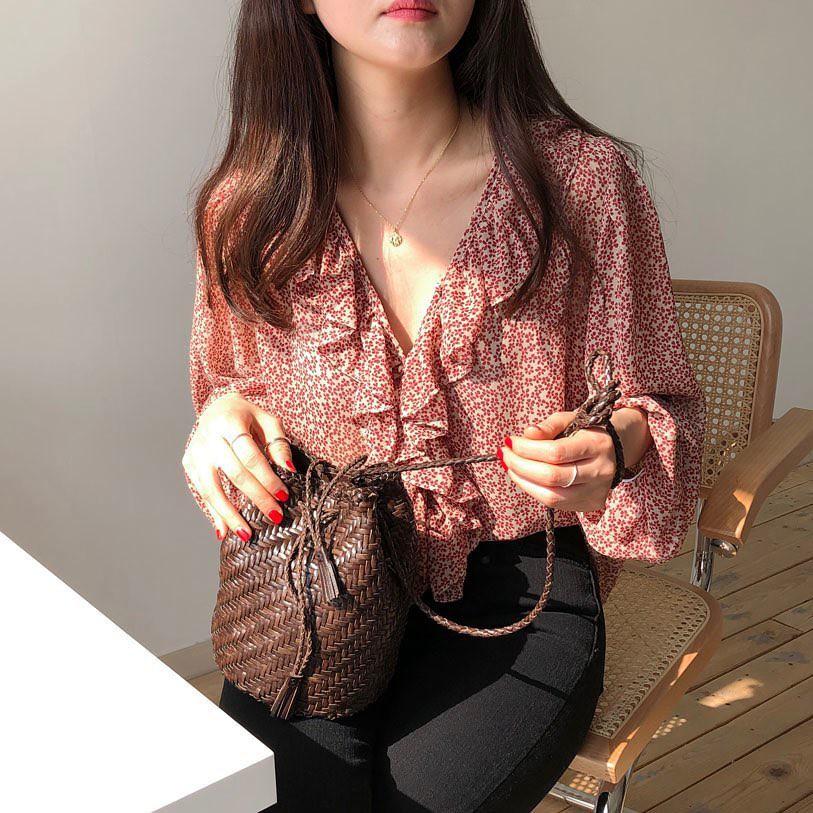 """Áo blouse """"bánh bèo chúa"""" dễ gây sốt diện rộng và 3 cách mặc bạn sẽ muốn áp dụng ngay khi trời có nắng ấm - Ảnh 1"""