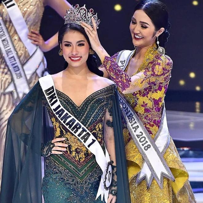 Nhan sắc rực rỡ của 3 cô gái vừa trở thành hoa hậu ở Indonesia - Ảnh 1