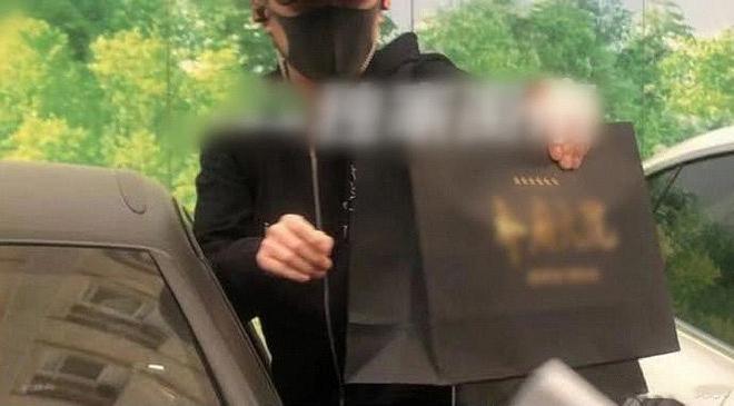 Phùng Thiệu Phong lần đầu xuất hiện tại bệnh viện, bị netizen cho là 'làm màu' vì hành động này - Ảnh 2