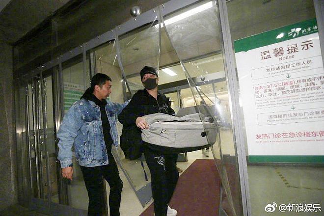 Phùng Thiệu Phong lần đầu xuất hiện tại bệnh viện, bị netizen cho là 'làm màu' vì hành động này - Ảnh 5