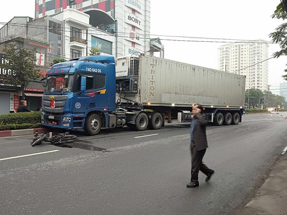 Xe container va chạm xe máy, 2 người thương vong - Ảnh 1
