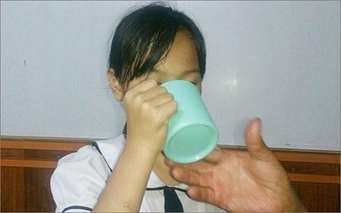 Vụ cô giáo bắt học sinh uống nước giẻ lau bảng: Bé gái không dám ra đường vì bị nói dựng chuyện - Ảnh 2