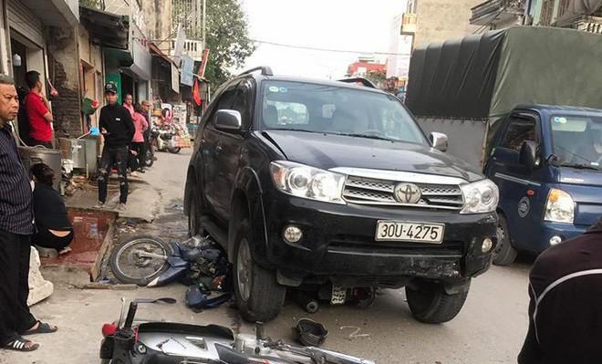 Vụ xe điên gây tai nạn thương tâm ở Hà Nội: Mẹ gãy chân nằm viện không hay biết con gái 7 tuổi đã mất - Ảnh 1