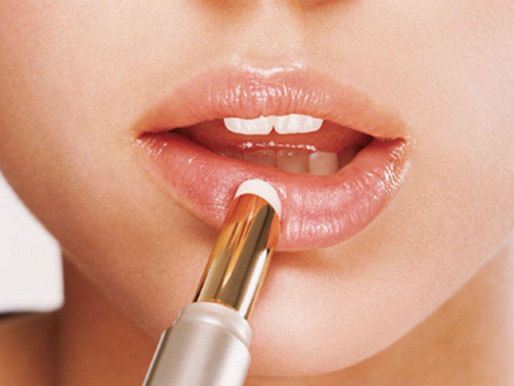 Cách đánh son bóng để có đôi môi căng mọng mà không bị phản cảm - Ảnh 2