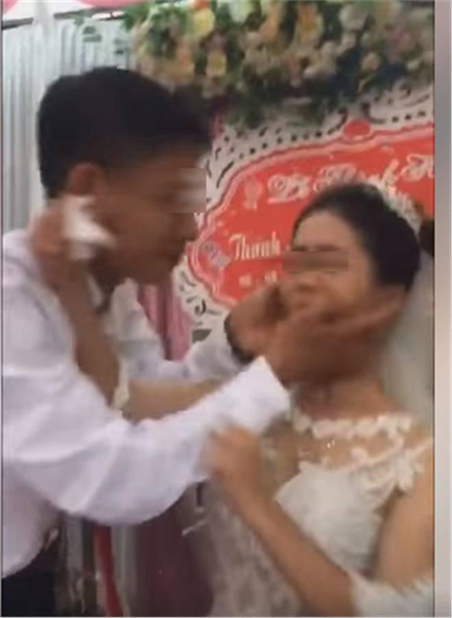 Cô dâu cau có khi chú rể đòi hôn trong đám cưới: Bất ngờ với gia cảnh của hai bên qua tiết lộ của hàng xóm - Ảnh 1