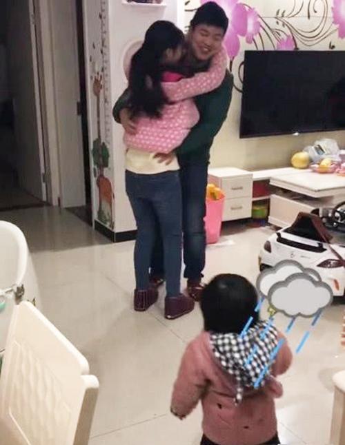 Thấy bố sắp đi công tác bịn rịn ôm mẹ, phản ứng của cô con gái khiến ai nấy phá lên cười - Ảnh 1