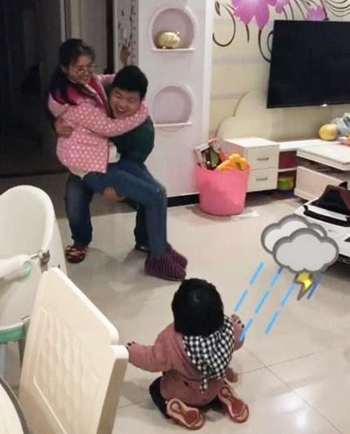 Thấy bố sắp đi công tác bịn rịn ôm mẹ, phản ứng của cô con gái khiến ai nấy phá lên cười - Ảnh 2