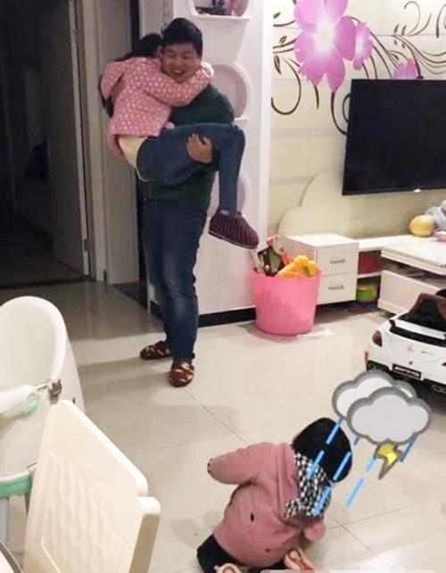 Thấy bố sắp đi công tác bịn rịn ôm mẹ, phản ứng của cô con gái khiến ai nấy phá lên cười - Ảnh 3