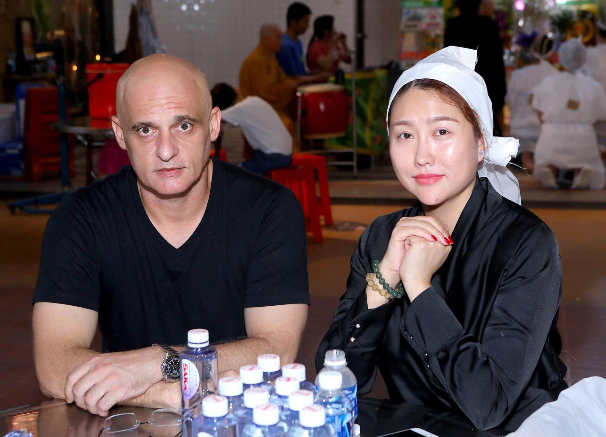 Chồng cũ để lại tài sản giúp Phi Thanh Vân làm giàu bất ngờ xuất hiện ở tang lễ bố vợ - Ảnh 4