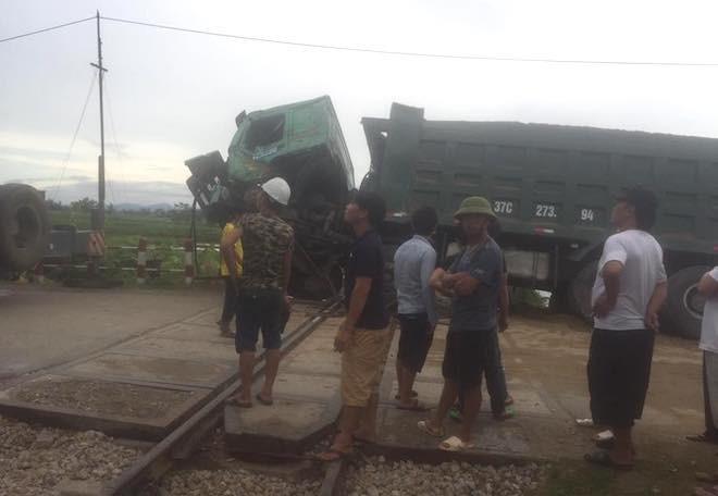 Chết máy trên đường ray, xe hổ vồ bị tàu hoả tông bay - Ảnh 2