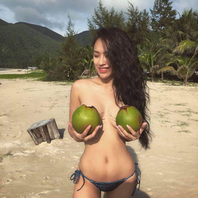 DJ Tít dùng 2 trái dừa che ngực hớ hênh, BTV Quang Minh phản ứng cực 'bá đạo' - Ảnh 1