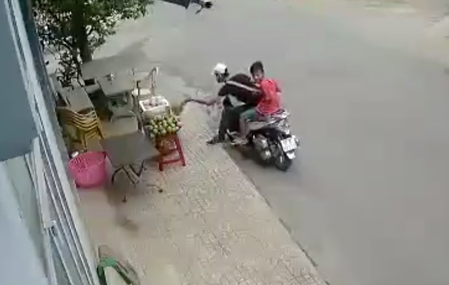 Tp.HCM: Thanh niên đi SH ăn trộm sầu riêng bày bán tại vỉa hè - Ảnh 1