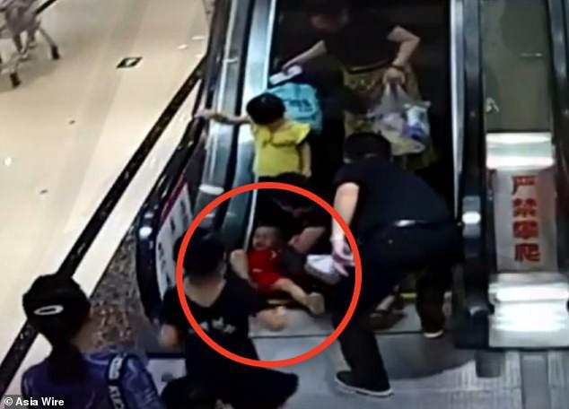 Bé 2 tuổi suýt mất cánh tay do bị kẹt vào thang cuốn, mẹ la hét cầu cứu không ngừng - Ảnh 1